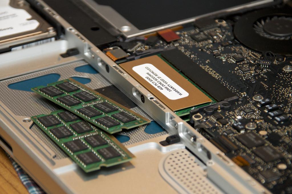 Лаптопи с 4GB RAM